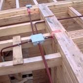 Особенности скрытой проводки в деревянном доме