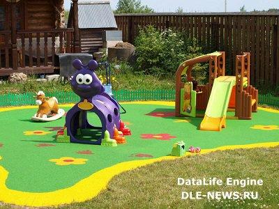 Игровая площадка для самых маленьких на загородном участке.