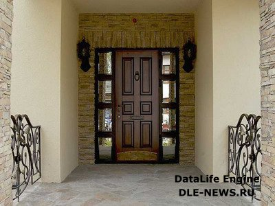 Входные железные двери в загородном доме