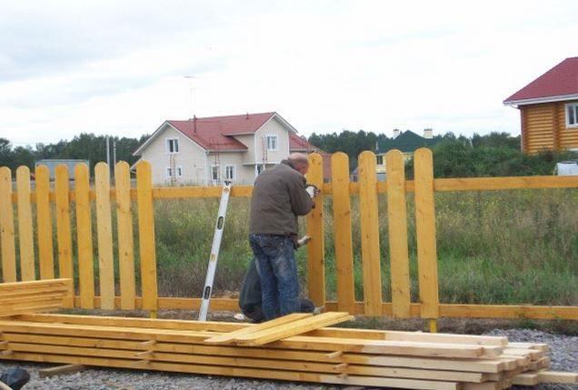 Как самостоятельно построить деревянный забор?